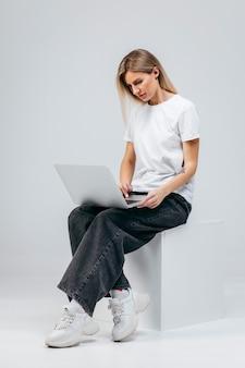 Modern meisje met laptop. gratis creativiteit