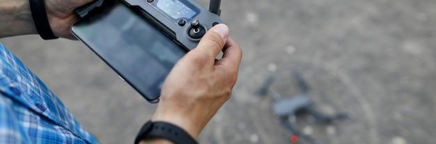 Modern met handbediende afstandsbediening op grijs