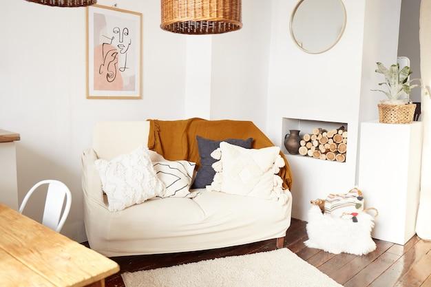 Modern minimaal interieur in ecostijl. een natuurlijk licht appartement in trendy stijl. decoratieve rieten lamp.