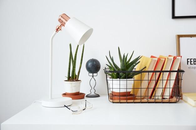 Modern minimaal werkplekinterieur in ecostijl. een natuurlijk licht appartement in trendy stijl