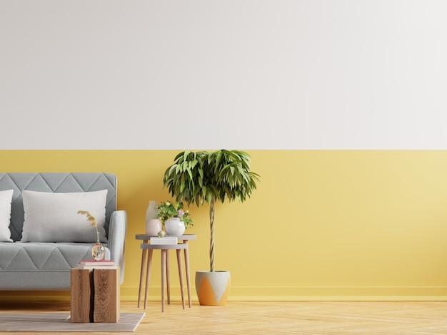 Modern minimalistisch interieur met bank op lege gele muur