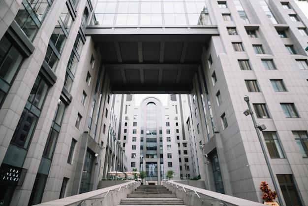 Modern nieuw gebouw met binnenplaats