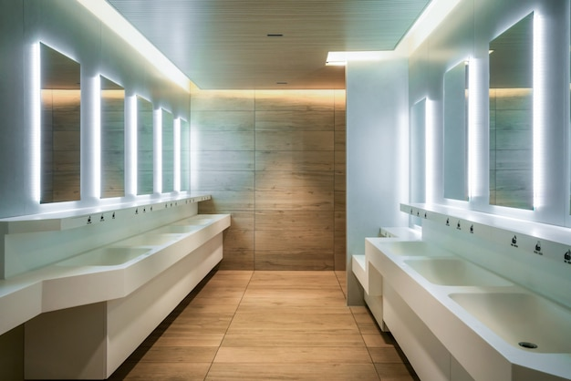Modern ontwerp van openbaar toilet en toilet.