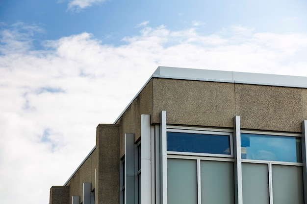Modern ontwerp van stenen gebouw