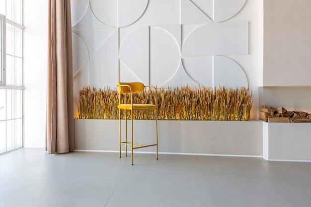 Modern open kamerinterieur in futuristische stijl in pastelkleuren met grafische wanddecoratie. zeer hoge plafonds en een enorm raam. zachte stijlvolle meubels met gouden metalen elementen