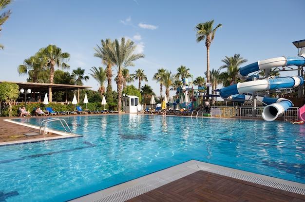 Modern openlucht luxueus zwembad. hoge kwaliteit foto