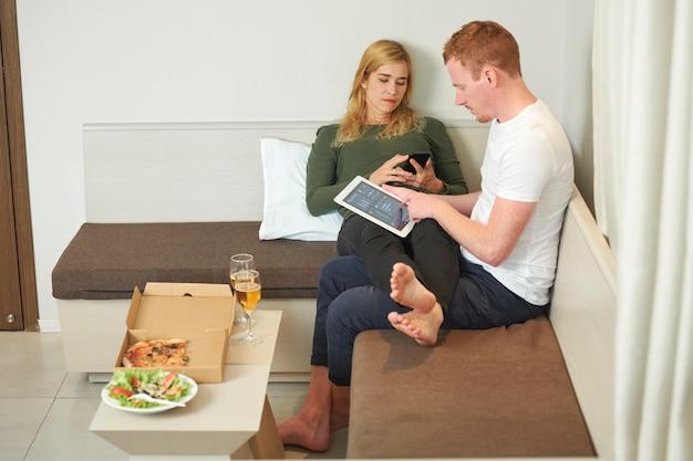 Modern paar dat thuis rust