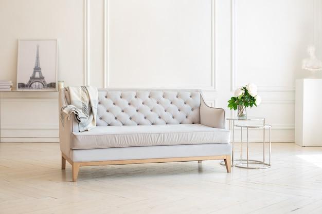 Modern ruim minimalistisch woonkamerbinnenland met een grijze bank en een salontafel