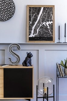 Modern scandinavisch interieur met mock up posterframe, design houten commode, cactussen, planten, decoratie, plank, kandelaar, boek en persoonlijke accessoires in stijlvol interieur.