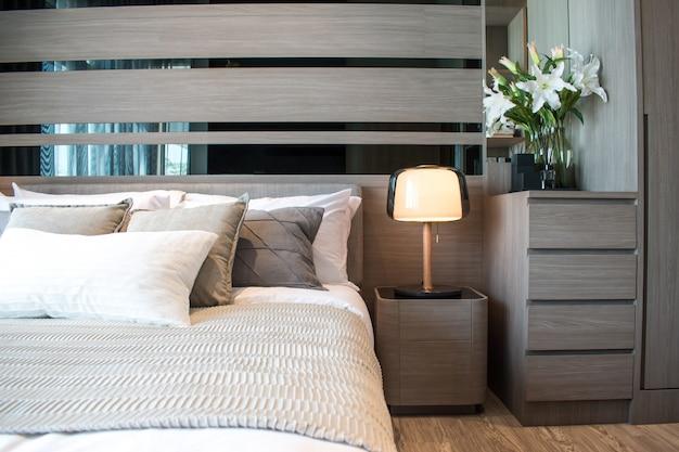 Modern slaapkamerbinnenhuisontwerp met bruine en grijs gestreepte hoofdkussens.
