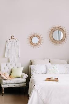 Modern stijlvol interieur van een slaapkamer met bed en decoraties in scandinavische stijl