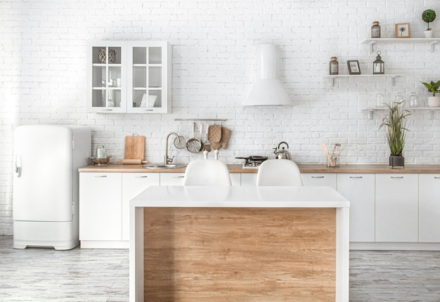 Modern stijlvol scandinavisch keukeninterieur met keukenaccessoires.