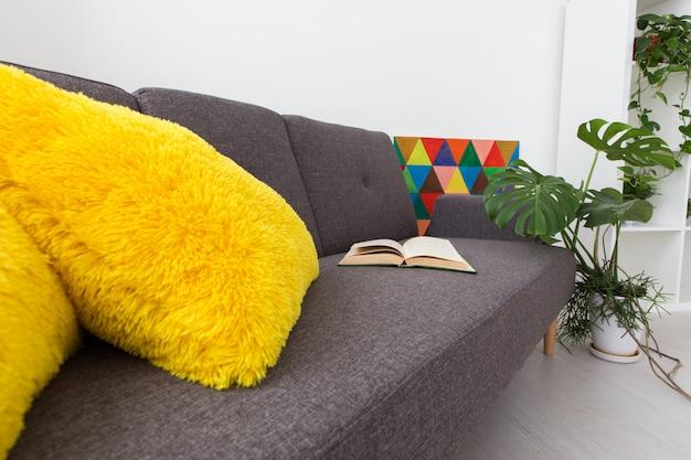 Modern studio-appartement met levende planten. felle kleuren in het interieur.