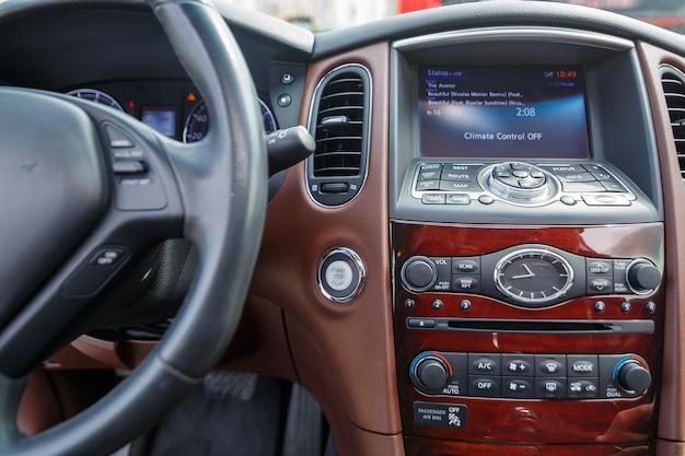 Modern suv-interieur met lederen paneel, multimedia en dashboard