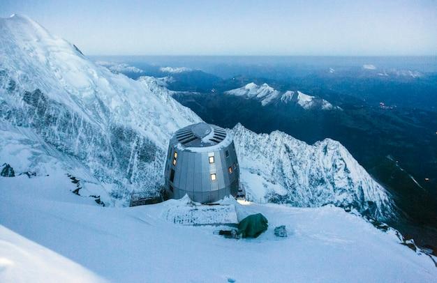 Modern toevluchtsoord in de franse alpen locatie refuge du gouter 3835 m mont blanc frankrijk schilderachtig beeld van wandelconcept
