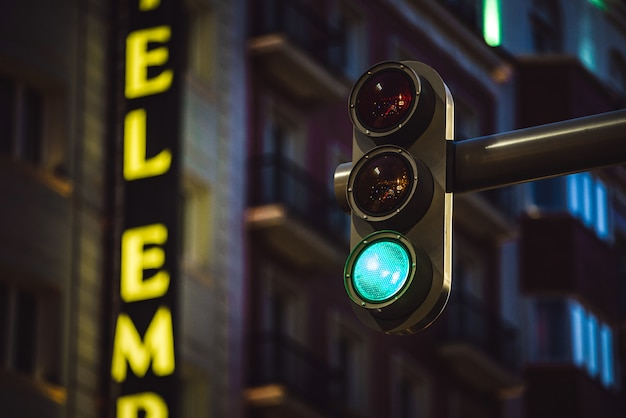 Modern verkeerslicht dat groene kleur toont