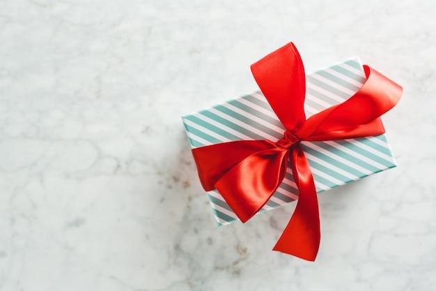 Modern verpakt cadeau op lichte tafel