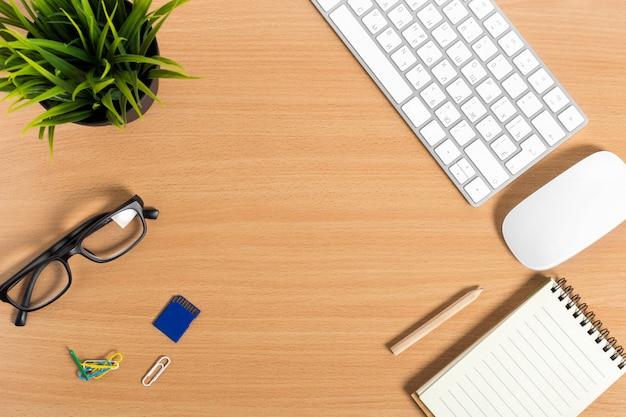 Modern werkend bureau met toetsenbord, muis
