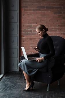 Modern wijfje dat aan laptop werkt