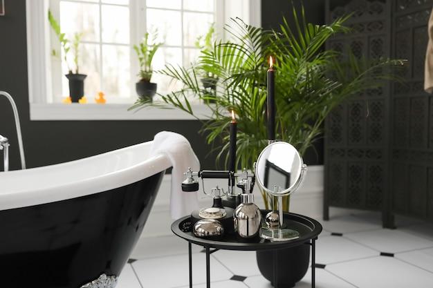 Modern wit en zwart badkamer interieur. elegante badkuip tegenlichaam huidaccessoires waterkraanfaciliteit.