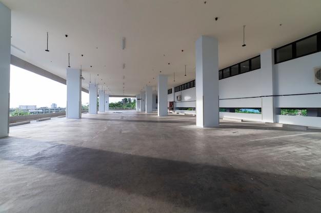 Modern wit parkeergarage interieur