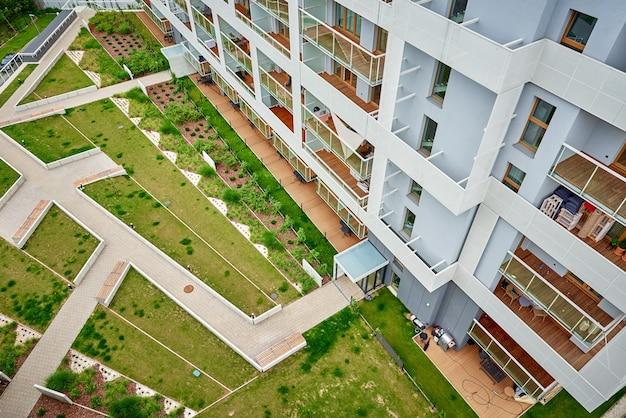 Modern wooncomplex. gevel van nieuw huisblok in europa. complex van woonappartementen