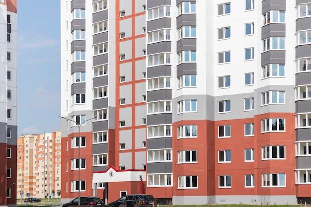 Modern woongebouw met meerdere verdiepingen. woningbouw. woonfonds. hypotheekleningen voor jonge gezinnen.
