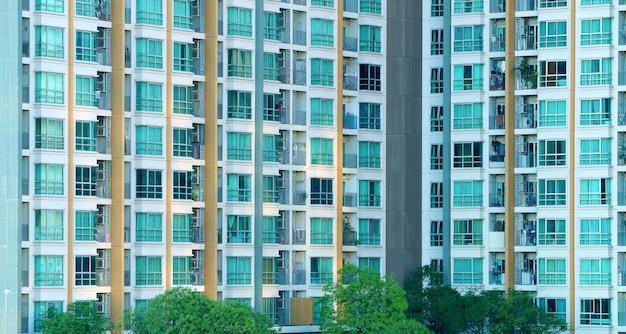 Modern woongebouw met ramen en balkon