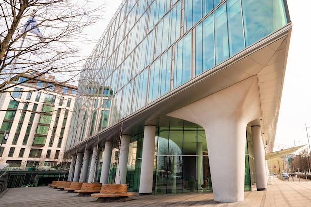 Modern zakelijk gebouw met glazen ramen wolkenkrabbers in een financiële wijk