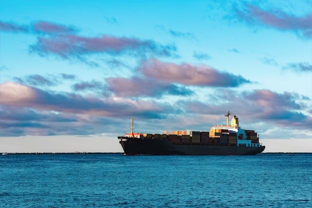 Modern zwart containerschip dat zich van de oostzee beweegt