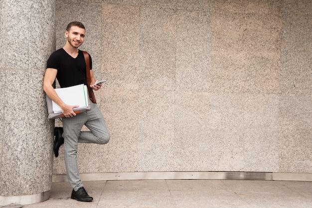 Moderne achtergrond met kopie ruimte en universitaire student