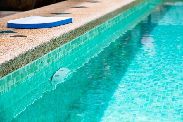 Moderne achtertuin van een zwembad met helder water