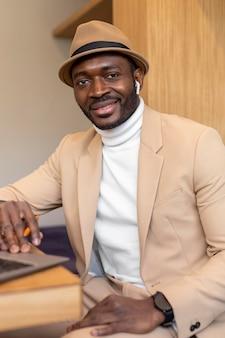 Moderne afro-amerikaanse man aan het werk in een coffeeshop