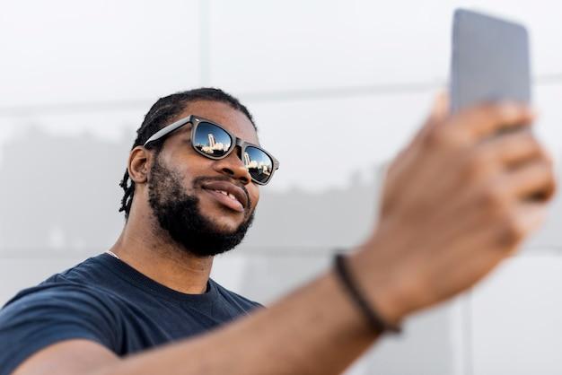 Moderne afro-amerikaanse man die een selfie neemt