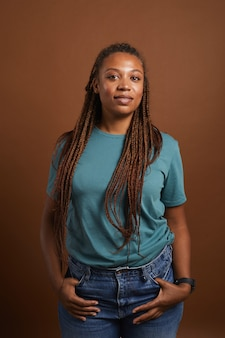 Moderne afro-amerikaanse vrouw die zich voordeed op bruin