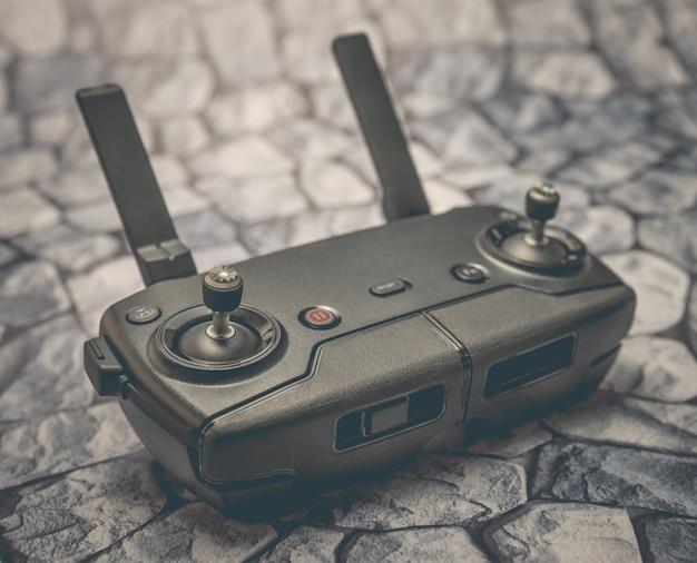 Moderne afstandsbediening drone of helikopter op de achtergrond van stenen