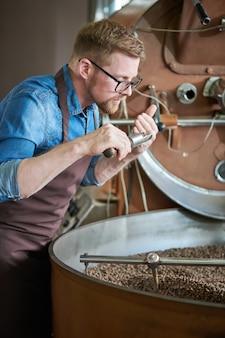 Moderne ambachtelijke ruikende koffie