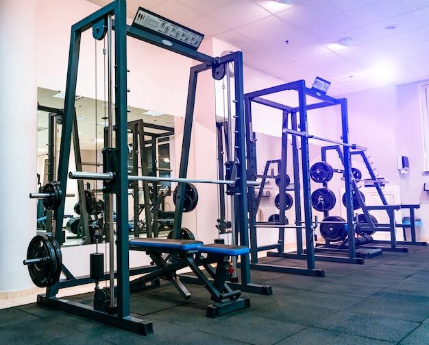 Moderne apparatuur voor het doen van sportoefeningen in de lichte sportschool. fitness- en gymtrainingsitems in sportclub
