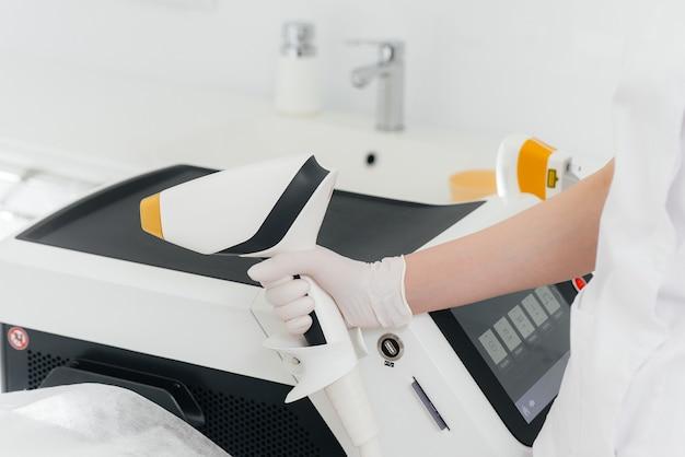 Moderne apparatuur voor laserontharing en ontharing in een schoonheidssalon. schoonheidssalon en cosmetologie.