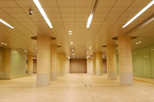 Moderne architectonische achtergrond, het is een voetgangerspad in het shiodome-gebied van tokio dat laat op de tijd leeg is