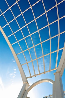 Moderne architecturale structuur tegen blauwe hemel