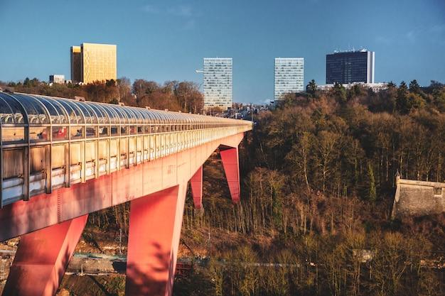 Moderne architectuur in het district van kirchberg in de stad van luxemburg