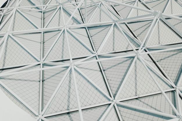 Moderne architectuur met driehoeken op wit