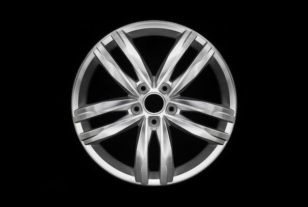 Moderne auto aluminium legering wiel geïsoleerd op donkere achtergrond