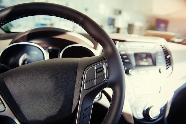 Moderne auto verlicht dashboard en stuur