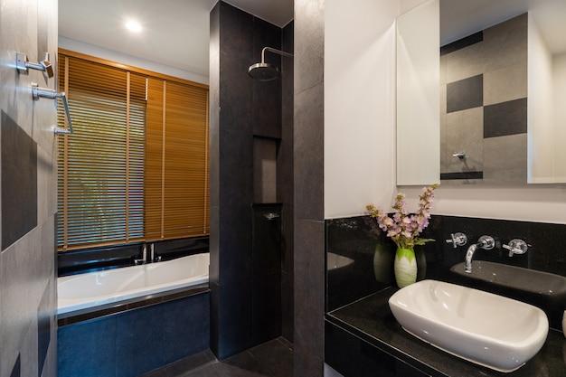 Moderne badkamer met toilet, douche en bad