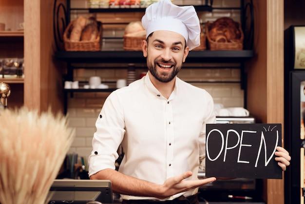 Moderne bakkerij. staande man.