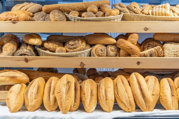 Moderne bakkerij winkel met assortiment brood op plank, close-up. voedselconcept. verscheidenheid aan gebakken producten bij broodwinkel