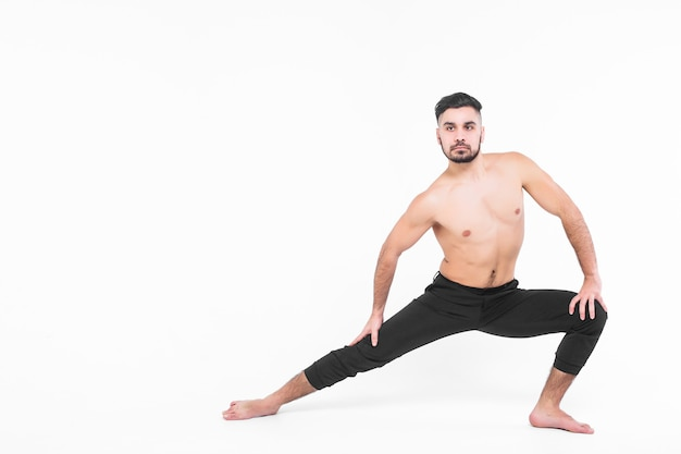 Moderne balletdanser die kunstsprong met leeg uitvoeren