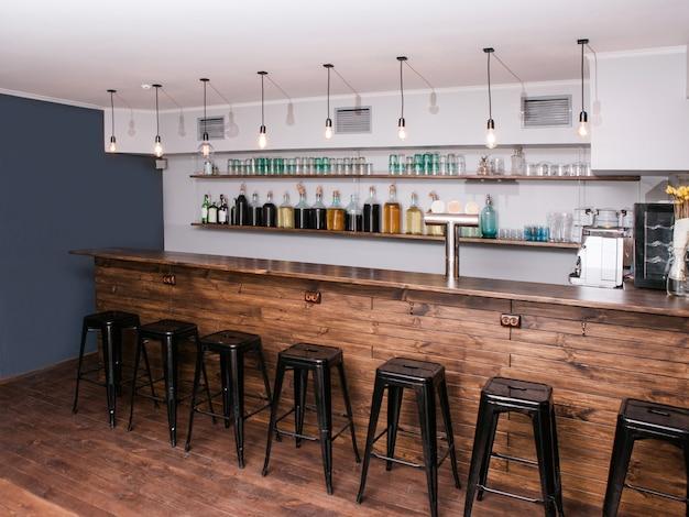 Moderne bar interieur. creatieve plek voor bedrijf. sfeervolle cocktailreclame, europese stijl, caféachtergrond, restaurantconcept